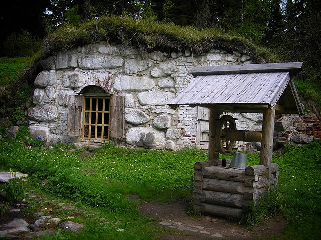kamenný dům a studna