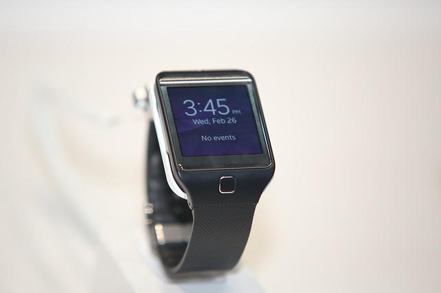 černé smart hodinky