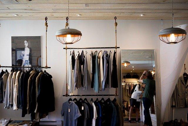 prodejna plná oblečení