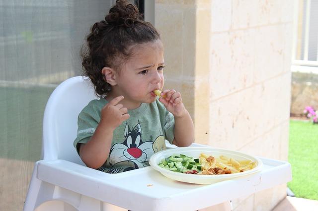 dítě u jídla